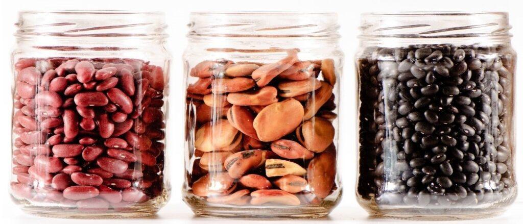 tres tarros de cristal con legumbres proteínas vegetales