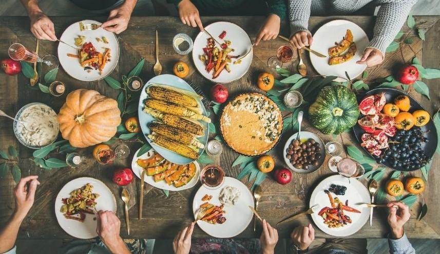 mesa alimentación vegetal con gente
